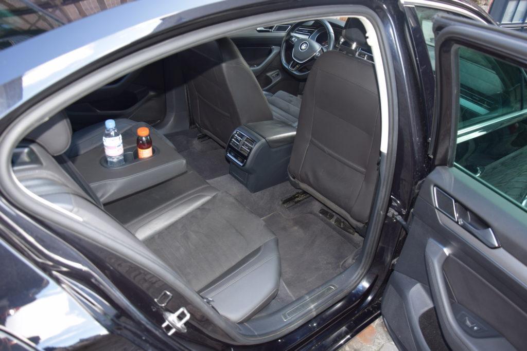 Intérieur du véhicule volkswagen passat, voiture entretenu et propre avec bouteille d'eau et confiserie. N'hésitez pas à préciser lors de votre réservation si vous avez des demandes particulieres. introduire cette image sur Google ou autres moteurs de recherche pour une recherche VTC Taxi pas cher le mans