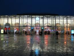 Photo gare du Mans situé en sarthe. Le nom de sa place principale est place du 8 mai 1945