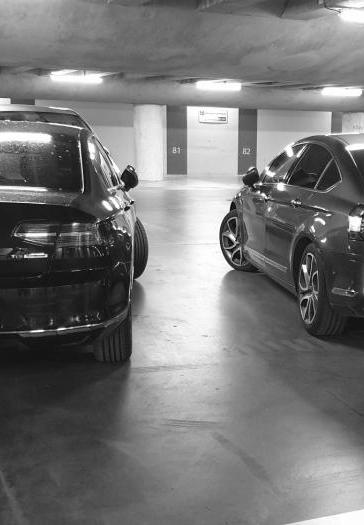 Deux chauffeurs VTC dans la gare du Mans